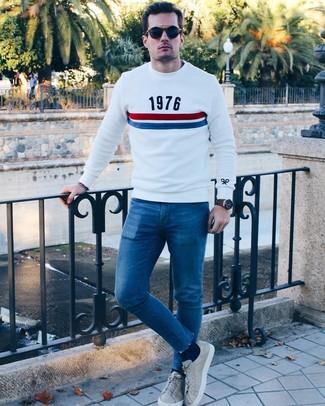 Wie kombinieren: weißer bedruckter Pullover mit einem Rundhalsausschnitt, blaue enge Jeans, graue Leder niedrige Sneakers, dunkelblaue Sonnenbrille