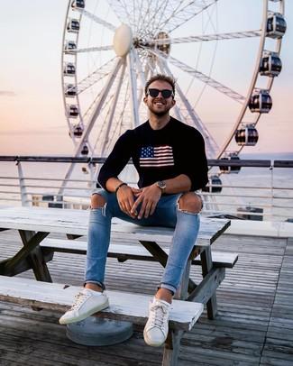 Wie kombinieren: schwarzer bedruckter Pullover mit einem Rundhalsausschnitt, hellblaue enge Jeans mit Destroyed-Effekten, weiße Leder niedrige Sneakers, schwarze Sonnenbrille