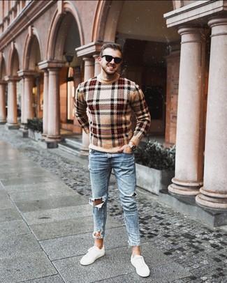 Wie kombinieren: beige Pullover mit einem Rundhalsausschnitt mit Schottenmuster, hellblaue enge Jeans mit Destroyed-Effekten, weiße niedrige Sneakers, schwarze Sonnenbrille