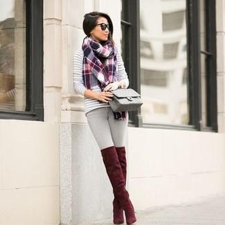 Wie kombinieren: grauer horizontal gestreifter Pullover mit einem Rundhalsausschnitt, graue enge Jeans, rote Overknee Stiefel aus Wildleder, graue gesteppte Leder Umhängetasche