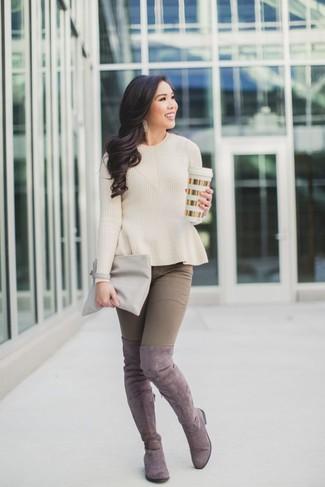 Wie kombinieren: hellbeige Pullover mit einem Rundhalsausschnitt, braune enge Jeans, rosa Overknee Stiefel aus Wildleder, graue Leder Clutch