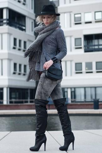 Wie kombinieren: grauer Pullover mit einem Rundhalsausschnitt, graue enge Jeans mit Acid-Waschung, schwarze Overknee Stiefel aus Leder, schwarze Leder Umhängetasche