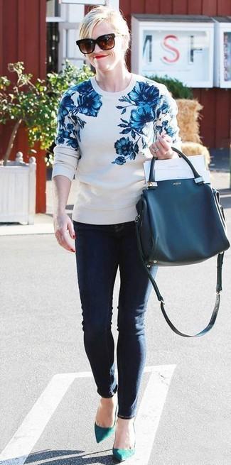 Wie kombinieren: weißer und blauer Pullover mit einem Rundhalsausschnitt mit Blumenmuster, dunkelblaue enge Jeans, dunkeltürkise Wildleder Pumps, dunkelblaue Shopper Tasche aus Leder