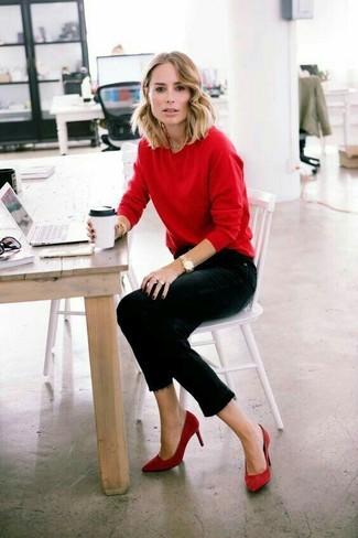 Wie kombinieren: roter Pullover mit einem Rundhalsausschnitt, schwarze enge Jeans, rote Wildleder Pumps, goldene Uhr
