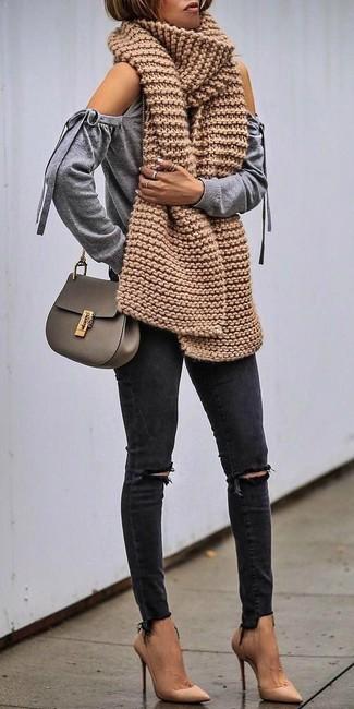 Olivgrüne Leder Umhängetasche kombinieren – 57 Damen Outfits: Vereinigen Sie einen grauen Pullover mit einem Rundhalsausschnitt mit Ausschnitten mit einer olivgrünen Leder Umhängetasche - mehr brauchen Sie nicht, um einen idealen lockeren Trend-Look zu zaubern. Vervollständigen Sie Ihr Look mit beige Leder Pumps.