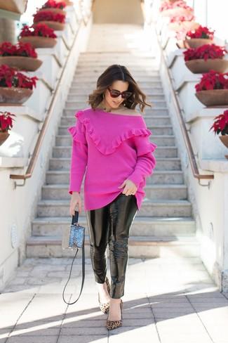 Wie kombinieren: fuchsia Pullover mit einem Rundhalsausschnitt, schwarze Leder enge Jeans, beige Wildleder Pumps mit Leopardenmuster, blaue Umhängetasche