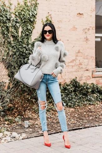 Graue Shopper Tasche aus Leder kombinieren – 180 Damen Outfits: Probieren Sie die Paarung aus einem grauen Pullover mit einem Rundhalsausschnitt und einer grauen Shopper Tasche aus Leder, um ein entspanntes City-Outfit zu erzielen. Rote Wildleder Pumps sind eine kluge Wahl, um dieses Outfit zu vervollständigen.