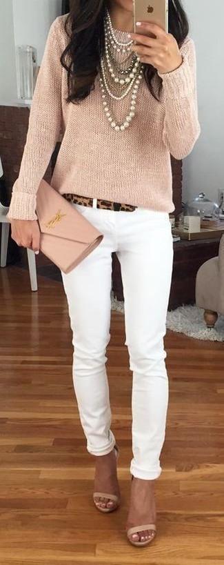 Wie kombinieren: hellbeige Pullover mit einem Rundhalsausschnitt, weiße enge Jeans, hellbeige Leder Sandaletten, hellbeige Leder Clutch