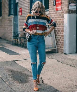 Wie kombinieren: mehrfarbiger horizontal gestreifter Pullover mit einem Rundhalsausschnitt, blaue enge Jeans mit Destroyed-Effekten, orange Wildleder Sandaletten, schwarze Leder Umhängetasche