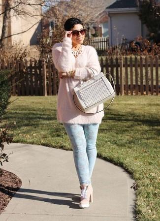 Ein rosa flauschiger pullover mit einem rundhalsausschnitt und eine weiße shopper tasche aus leder vermitteln eine sorglose und entspannte Atmosphäre. Setzen Sie bei den Schuhen auf die klassische Variante mit rosa schnürstiefeletten aus wildleder.