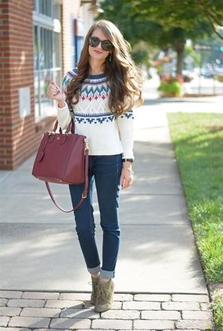Wie kombinieren: weißer Pullover mit einem Rundhalsausschnitt mit Fair Isle-Muster, dunkelblaue enge Jeans, olivgrüne Schnürstiefeletten aus Wildleder, dunkelrote Shopper Tasche aus Leder