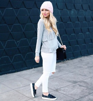 Wie kombinieren: grauer Pullover mit einem Rundhalsausschnitt mit Rüschen, weiße enge Jeans mit Destroyed-Effekten, schwarze Slip-On Sneakers aus Leder, schwarze Leder Umhängetasche