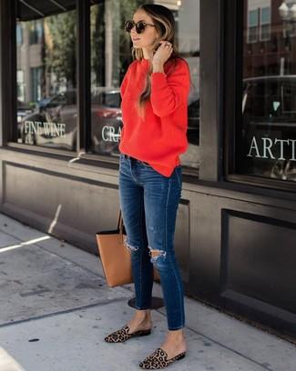 Wie kombinieren: roter Pullover mit einem Rundhalsausschnitt, dunkelblaue enge Jeans mit Destroyed-Effekten, beige Slipper aus Kalbshaar mit Leopardenmuster, beige Shopper Tasche aus Leder