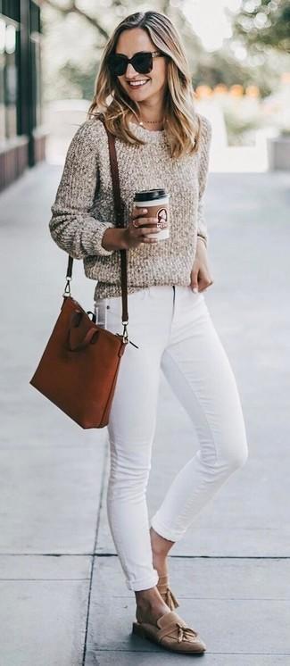 Wie kombinieren: hellbeige Pullover mit einem Rundhalsausschnitt aus Bouclé, weiße enge Jeans, beige Wildleder Slipper mit Quasten, rotbraune Leder Umhängetasche