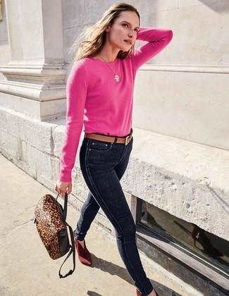 Wie kombinieren: fuchsia Pullover mit einem Rundhalsausschnitt, dunkelblaue enge Jeans, dunkelrote Wildleder Stiefeletten, dunkelbrauner Leder Rucksack mit Leopardenmuster