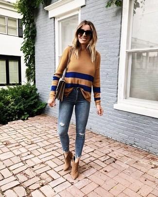 Wie kombinieren: beige horizontal gestreifter Pullover mit einem Rundhalsausschnitt, dunkelblaue enge Jeans mit Destroyed-Effekten, beige Wildleder Stiefeletten, braune Leder Umhängetasche