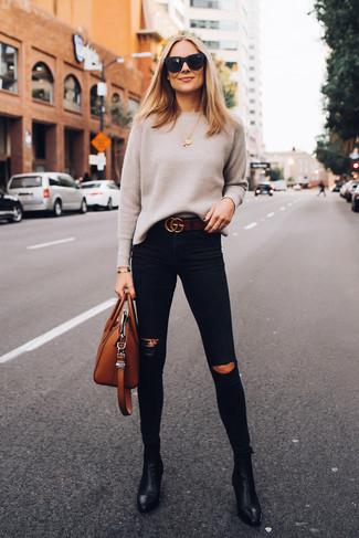 Rotbraune Shopper Tasche aus Leder kombinieren: trends 2020: Ein hellbeige Pullover mit einem Rundhalsausschnitt und eine rotbraune Shopper Tasche aus Leder sind alles, was Sie brauchen, um perfekt und entspannt aufsutreten. Komplettieren Sie Ihr Outfit mit schwarzen Leder Stiefeletten.