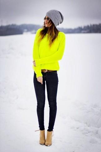 Braunen Ledergürtel kombinieren: trends 2020: Wer mit Casual-Mode perfekt gekleidet sein will, setzt oft auf tolle Looks, wie zum Beispiel die Paarung aus einem gelbgrünen Pullover mit einem Rundhalsausschnitt und einem braunen Ledergürtel. Vervollständigen Sie Ihr Look mit beige Wildleder Stiefeletten.