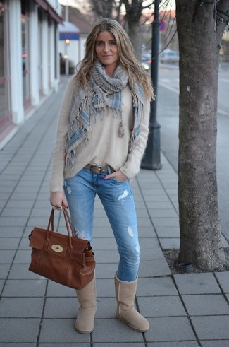 Hellbeige Ugg Stiefel kombinieren: trends 2020: Probieren Sie die Kombi aus einem hellbeige flauschigen Pullover mit einem Rundhalsausschnitt und hellblauen engen Jeans mit Destroyed-Effekten für einen sehr schönen Wochenend-Look. Fühlen Sie sich ideenreich? Entscheiden Sie sich für hellbeige Ugg Stiefel.