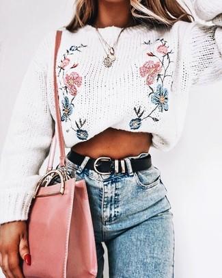 Wie kombinieren: weißer bestickter Pullover mit einem Rundhalsausschnitt, hellblaue enge Jeans, rosa Leder Umhängetasche, schwarzer Ledergürtel