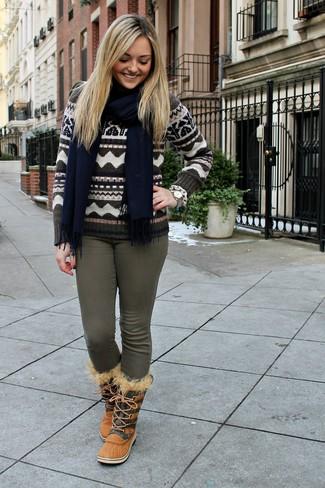 Wie kombinieren: brauner Pullover mit einem Rundhalsausschnitt mit Fair Isle-Muster, olivgrüne enge Jeans, beige Winterschuhe, dunkelblauer Schal
