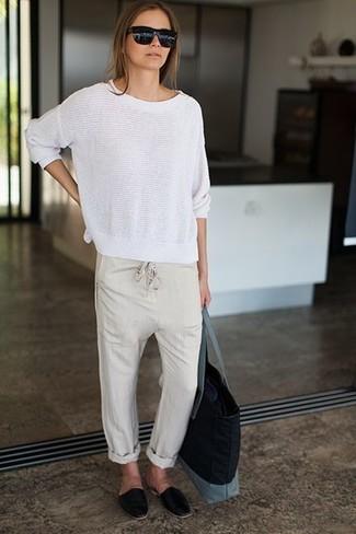 Wie kombinieren: weißer Pullover mit einem Rundhalsausschnitt, hellbeige Freizeithose, schwarze Leder Slipper, schwarze Shopper Tasche aus Segeltuch