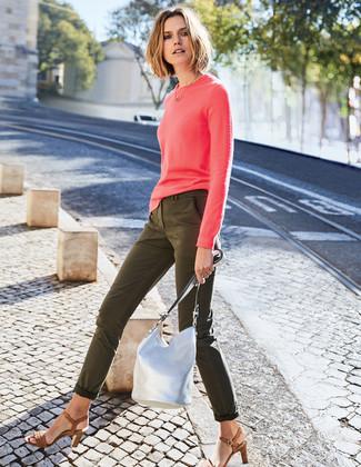 Wie kombinieren: fuchsia Pullover mit einem Rundhalsausschnitt, olivgrüne enge Jeans, braune Leder Sandaletten, silberne Leder Beuteltasche