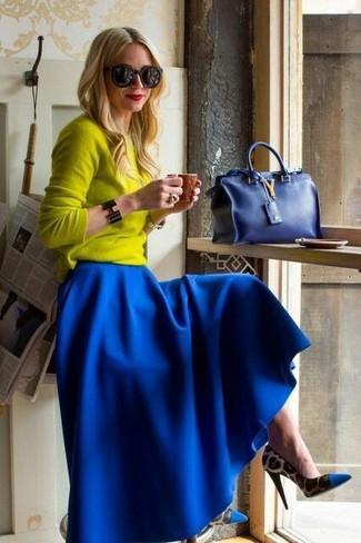 Wie kombinieren: gelber Pullover mit einem Rundhalsausschnitt, blauer Falten Maxirock, blaue Pumps mit Leopardenmuster, blaue Handtasche