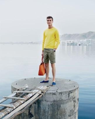 Wie kombinieren: gelber Pullover mit einem Rundhalsausschnitt, olivgrüne Shorts, blaue Segeltuch Espadrilles, orange Shopper Tasche aus Leder