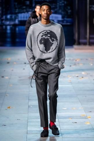 Wie kombinieren: grauer bedruckter Pullover mit einem Rundhalsausschnitt, dunkelgraue Anzughose, schwarze Wildleder Slipper, rote Socke