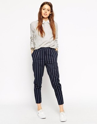 Wie kombinieren: grauer Pullover mit einem Rundhalsausschnitt, weißes Businesshemd, dunkelblaue vertikal gestreifte Anzughose, weiße niedrige Sneakers