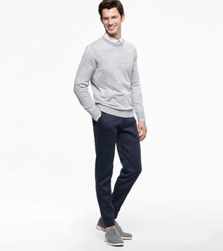 Wie kombinieren: grauer Pullover mit einem Rundhalsausschnitt, weißes Businesshemd, dunkelblaue Jogginghose, graue Segeltuch Oxford Schuhe