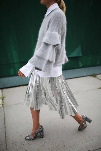 Wie kombinieren: grauer Pullover mit einem Rundhalsausschnitt, weißes Businesshemd, silberner Falten Midirock, silberne Paillette Pumps