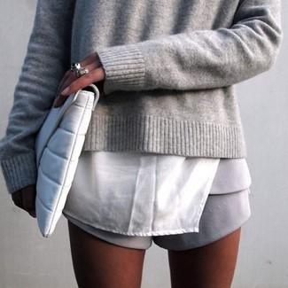Grauen Pullover mit einem Rundhalsausschnitt kombinieren – 11 Smart-Casual Sommer Damen Outfits: Paaren Sie einen grauen Pullover mit einem Rundhalsausschnitt mit grauen Shorts, um ein schickes Casual-Outfit zu zaubern. Dieser Look ist super für den Sommer geeignet.