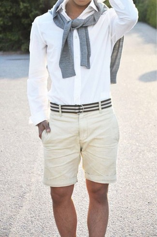 Dunkelgrauen Pullover mit einem Rundhalsausschnitt kombinieren für Sommer: trends 2020: Vereinigen Sie einen dunkelgrauen Pullover mit einem Rundhalsausschnitt mit hellbeige Shorts für ein sonntägliches Mittagessen mit Freunden. Was für eine coole Sommer-Outfit Idee!