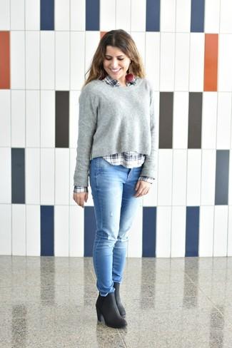 Wie kombinieren: grauer Pullover mit einem Rundhalsausschnitt, weißes und dunkelblaues Businesshemd mit Schottenmuster, hellblaue enge Jeans mit Destroyed-Effekten, schwarze Leder Stiefeletten
