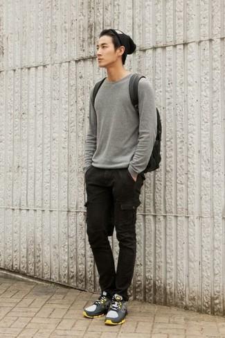 Wie kombinieren: grauer Pullover mit einem Rundhalsausschnitt, schwarze Cargohose, graue Sportschuhe, schwarzer Leder Rucksack