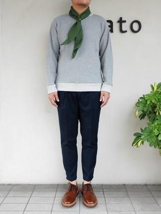 Business Schuhe kombinieren – 500+ Herren Outfits: Paaren Sie einen grauen Pullover mit einem Rundhalsausschnitt mit einer dunkelblauen Chinohose für ein großartiges Wochenend-Outfit. Business Schuhe bringen klassische Ästhetik zum Ensemble.