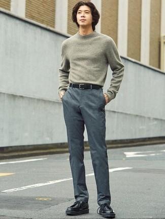 Grauen Pullover mit einem Rundhalsausschnitt kombinieren – 500+ Herren Outfits: Entscheiden Sie sich für einen grauen Pullover mit einem Rundhalsausschnitt und eine dunkelgraue Chinohose, um einen lockeren, aber dennoch stylischen Look zu erhalten. Komplettieren Sie Ihr Outfit mit schwarzen Chukka-Stiefeln aus Leder.