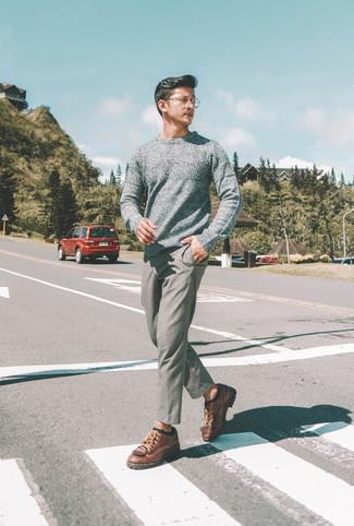Wie kombinieren: grauer Pullover mit einem Rundhalsausschnitt, graue Wollchinohose, braune Leder Derby Schuhe, schwarze Socke