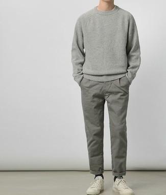 Grauen Pullover mit einem Rundhalsausschnitt kombinieren: trends 2020: Kombinieren Sie einen grauen Pullover mit einem Rundhalsausschnitt mit einer grauen Chinohose für ein sonntägliches Mittagessen mit Freunden. Suchen Sie nach leichtem Schuhwerk? Wählen Sie weißen niedrige Sneakers für den Tag.