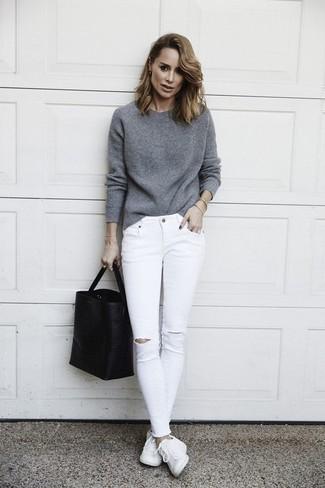 30 Jährige: Grauen Pullover mit einem Rundhalsausschnitt kombinieren – 18 Lässige Frühling Damen Outfits: Probieren Sie die Kombination aus einem grauen Pullover mit einem Rundhalsausschnitt und weißen engen Jeans mit Destroyed-Effekten, um einen ultralässigen Trend-Look zu zaubern. Weiße Leder niedrige Sneakers sind eine gute Wahl, um dieses Outfit zu vervollständigen. Ein toller Frühlings-Look.