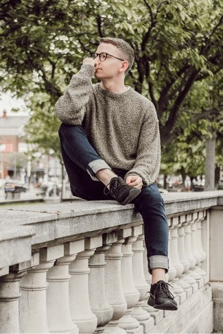 Herren Outfits & Modetrends 2020: Kombinieren Sie einen grauen Pullover mit einem Rundhalsausschnitt mit dunkelblauen Jeans, um einen lockeren, aber dennoch stylischen Look zu erhalten. Suchen Sie nach leichtem Schuhwerk? Vervollständigen Sie Ihr Outfit mit schwarzen Sportschuhen für den Tag.
