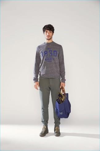 Wie kombinieren: grauer bedruckter Pullover mit einem Rundhalsausschnitt, olivgrüne Jogginghose, olivgrüne hohe Sneakers, dunkelblaue Shopper Tasche aus Segeltuch