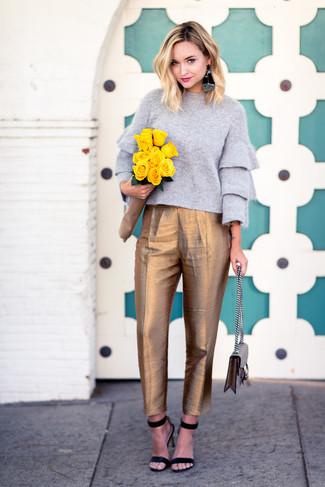 Grauen Pullover mit einem Rundhalsausschnitt kombinieren – 499 Damen Outfits: Um einen lockeren Look zu erhalten, können Sie zu einem grauen Pullover mit einem Rundhalsausschnitt einen grauen Pullover mit einem Rundhalsausschnitt tragen. Schwarze Wildleder Sandaletten sind eine ideale Wahl, um dieses Outfit zu vervollständigen.