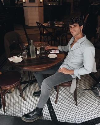warm Wetter Outfits Herren 2021: Entscheiden Sie sich für einen grauen Pullover mit einem Rundhalsausschnitt und dunkelgrauen enge Jeans für ein bequemes Outfit, das außerdem gut zusammen passt. Setzen Sie bei den Schuhen auf die klassische Variante mit einer schwarzen Lederfreizeitstiefeln.