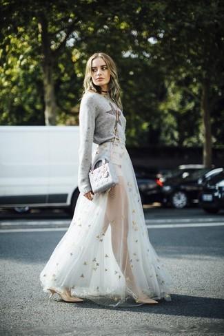 Wie kombinieren: grauer Pullover mit einem Rundhalsausschnitt mit Sternenmuster, weißer Tüll Maxirock, beige Leder Pumps, graue Leder Umhängetasche