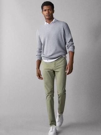 Wie kombinieren: grauer Strick Pullover mit einem Rundhalsausschnitt, weißes Polohemd, mintgrüne Chinohose, weiße Leder niedrige Sneakers