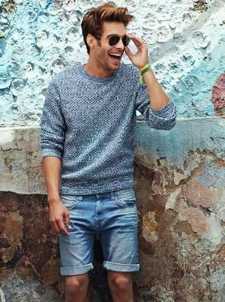 Wie kombinieren: grauer Pullover mit einem Rundhalsausschnitt, blaue Jeansshorts, schwarze Sonnenbrille, grünes Armband