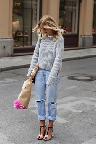 30 Jährige: Grauen Pullover mit einem Rundhalsausschnitt kombinieren – 18 Lässige Frühling Damen Outfits: Möchten Sie ein entspanntes Outfit erzielen, ist die Paarung aus einem grauen Pullover mit einem Rundhalsausschnitt und hellblauen Boyfriend Jeans mit Destroyed-Effekten Ihre Wahl. Schwarze Leder Sandaletten sind eine großartige Wahl, um dieses Outfit zu vervollständigen. Dieser Look  ist für den Frühling einfach toll.